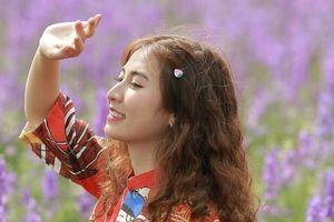 Tạo dáng cho bộ ảnh đầu năm tại 4 vườn hoa nổi tiếng ở Hà Nội
