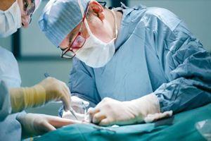 Bác sĩ gắp búi giun đũa từ ruột bé 4 tuổi