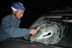 Lao vào xe Mercedes, hai thanh niên đi xe máy nguy kịch