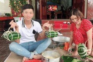 Văn Đức gói bánh chưng cùng mẹ vợ, Văn Toàn khoe ảnh trông nồi bánh