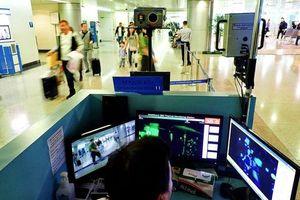 Nhân viên sân bay Tân Sơn Nhất không rời mắt khỏi máy đo thân nhiệt