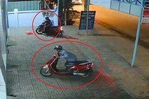 Hai vợ chồng 'nữ quái' chở con đi trộm xe máy