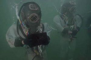 Thợ lặn hải quân Mỹ dùng trang phục cực dị để đi vào tàu USS Arizona