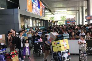 Nghìn người chen lấn ở sân bay Tân Sơn Nhất đón Việt kiều về quê ngày 29 tết