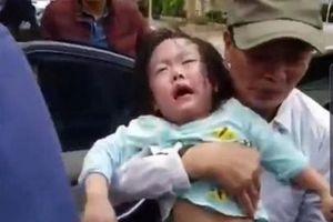 Giải cứu 2 bé gái mắc kẹt trong ô tô bị khóa cửa tự động