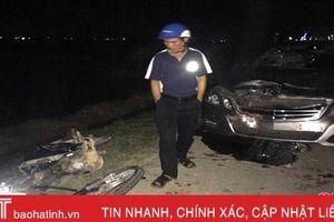 Xe máy đấu đầu ô tô 4 chỗ, hai thanh niên bị thương nặng