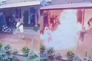 Clip con rể cháy người khi tưới 10 lít xăng đốt nhà bố vợ giáp Tết