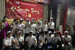 Fujiwa cùng CEO K35 tặng quà tết cho người vô gia cư ở TP.HCM