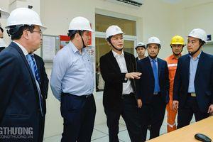 Bộ trưởng Trần Tuấn Anh chia sẻ với người lao động ngành điện trong dịp Tết Nguyên đán