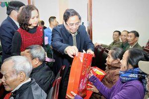Ông Phạm Minh Chính tặng quà hộ nghèo, hộ chính sách tỉnh Điện Biên