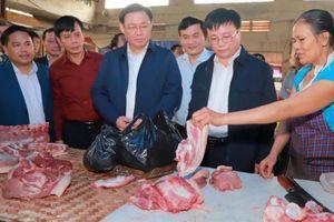 Phó Thủ tướng Vương Đình Huệ đi chợ mua sắm cuối năm