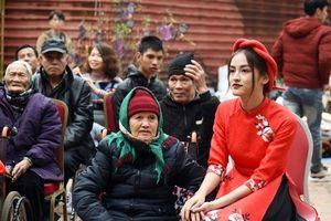 Hoa khôi trường Ngoại thương mặc áo dài đi làm từ thiện cận Tết