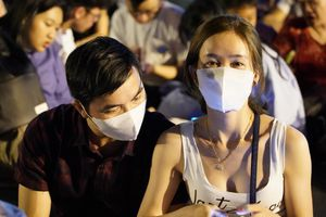 Đeo khẩu trang chờ pháo hoa ở phố đi bộ Nguyễn Huệ vì sợ virus corona