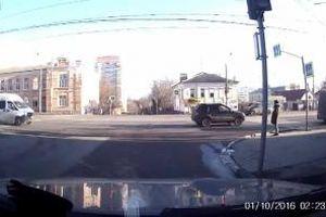 Hai ô tô tông nhau cùng văng lên vỉa hè, người đi bộ thoát chết hy hữu