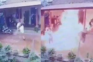 Kinh hoàng clip con rể phóng hỏa đốt nhà bố vợ ngày cận tết