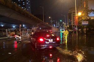 Cảnh sát giao thông Thủ đô dầm mình trong mưa lớn, đảm bảo an toàn cho nhân dân trong đêm giao thừa