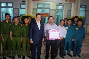 Chủ tịch Đà Nẵng chúc Tết trẻ em mồ côi, cảnh sát 911 đêm Giao thừa