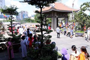 TP.HCM: Người dân đi lễ chùa đầu năm trong tiết trời nắng gắt
