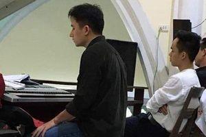 Có hit 100 triệu view, Phan Mạnh Quỳnh vẫn mặc giản dị ngày Tết, chơi đàn trong nhà thờ ngày đầu năm mới