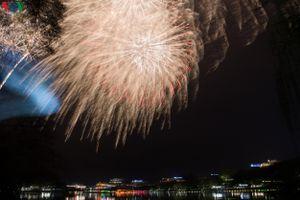 Màn pháo hoa lung linh chào năm mới Canh Tý 2020