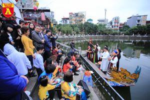 Người dân Thủ đô thích thú nghe hát quan họ tại Văn Miếu - Quốc Tử Giám