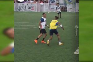 Ngỡ ngàng khi được đá bóng với Neymar