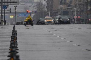 Người Vũ Hán bất chấp nguy hiểm vẫn lái xe ra đường để giúp láng giềng
