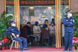 Người nước ngoài ở Vũ Hán ăn bánh quy để sống, chờ được sơ tán