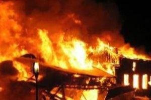 Cháy bãi phế liệu ở Bình Dương, hai xe tải bị thiêu rụi