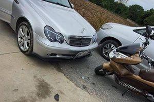 Vào cua lấn làn, tài xế xe máy tông thẳng vào đầu ô tô Mercedes