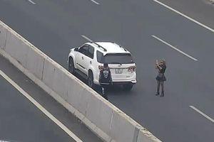 Tài xế dừng xe chụp ảnh ở làn 120 km/h trên cao tốc