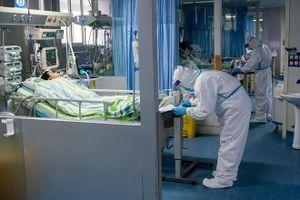 Bác sĩ Vũ Hán mặc bỉm, gồng mình chăm sóc bệnh nhân nhiễm virus corona