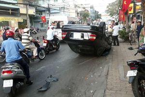 'Xế hộp' lật nhào giữa đường, tài xế và hành khách đập cửa thoát thân