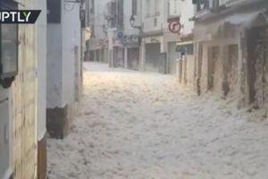 Clip bọt biển nhấn chìm thành phố ở Tây Ban Nha