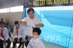 Tiệm cắt tóc không đồng dành cho học sinh nghèo