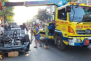 Ba người thoát chết trong xe 4 chỗ lật nhào sáng mùng 3 Tết