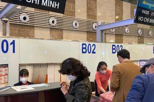 Hành khách, tiếp viên đeo khẩu trang kín mít ở sân bay ngày đầu năm