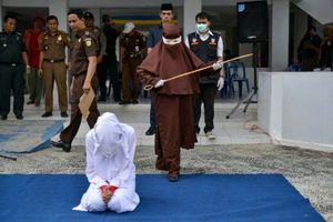 Nhóm phụ nữ đầu tiên thi hành phạt roi nơi công cộng ở Indonesia