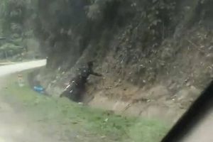 Thanh niên say rượu điều khiển xe máy đâm vào vách núi