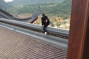 Nam thanh niên trèo lên mái ngôi chùa lớn nhất Việt Nam để 'check-in sống ảo' khiến nhiều người ngao ngán
