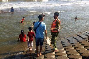 Cứu sống 5 khách du lịch bị đuối nước