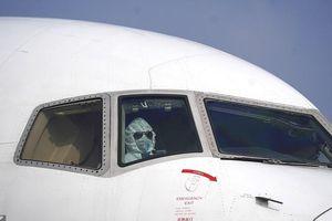 Phi công mặc đồ bảo hộ, đưa 240 người Mỹ từ Vũ Hán về nước