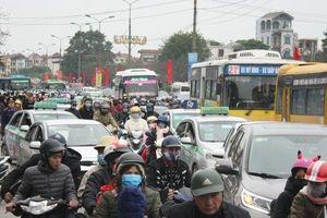 Ngày cuối nghỉ Tết, người dân ùn ùn đổ về Hà Nội