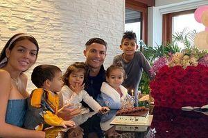 Bạn gái đổi cách xưng hô, gọi Ronaldo là 'chồng' trong tiệc sinh nhật