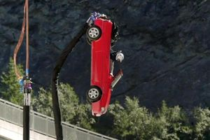 Màn nhảy bungee nguy hiểm bằng ôtô trên truyền hình Anh