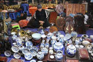 Gốm sứ cổ giá tiền tỉ khoe dáng tại chợ Viềng