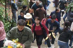 Hàng ngàn người chen chân về 'Hoan Châu đệ nhất danh lam' ngày khai hội