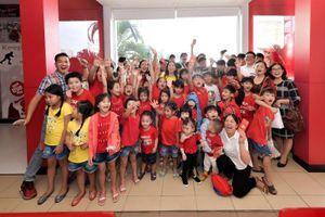 Về Việt Nam 2 tuần, Hà Phương mang niềm vui cho cả trăm trẻ em ở chùa Diệu Giác