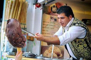 Loại kem không tan chảy, phải dùng dao chặt được sản xuất thế nào?