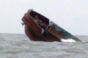 Bộ đội Biên phòng tỉnh Thanh Hóa cứu sống 7 ngư dân bị chìm thuyền